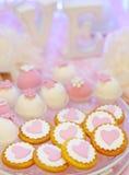Biscuits et biscuits roses de fantaisie délicieux Photos libres de droits