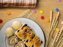 Biscuits et boulangerie faits maison pendant un beau jour Images libres de droits