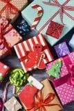 Biscuits et cadeaux de Noël images libres de droits