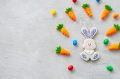 Biscuits et carotte de lapin de Pâques mâchant la confiture d'oranges avec les sucreries o photos stock
