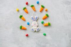 Biscuits et carotte de lapin de Pâques mâchant la confiture d'oranges avec les sucreries o images stock