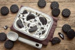 Biscuits et crème glacée faite maison de crème image stock