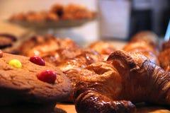 Biscuits et croissants Images libres de droits