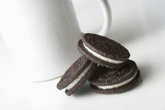 Biscuits et cuvette Photographie stock libre de droits