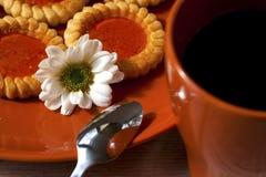 Biscuits et cuvette de café Photo stock