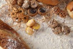 Biscuits et farine de pain Images stock