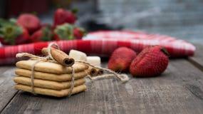 Biscuits et fraises sur la table Photos libres de droits