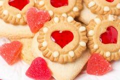 Biscuits et gelée de fruit assortis pour la Saint-Valentin Images stock