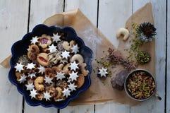 Biscuits et ingrédients assortis de Noël Image stock