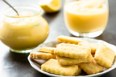 Biscuits et lait caillé de citron faits maison dans le pot en verre Photos stock