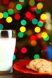 Biscuits et lait de Noël Photo libre de droits