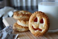 Biscuits et lait de Veille de la toussaint photo libre de droits