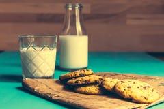 Biscuits et lait de vintage photo libre de droits