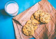 Biscuits et lait larges image libre de droits