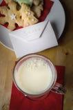 Biscuits et lait pour Santa avec la lettre Photo stock