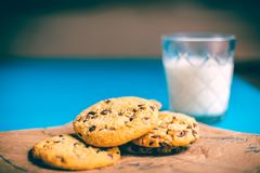 Biscuits et lait réguliers photographie stock libre de droits