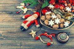 Biscuits et noix de Noël avec des décorations de vintage Images stock
