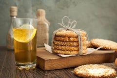 Biscuits et oeuf sur la table photos libres de droits
