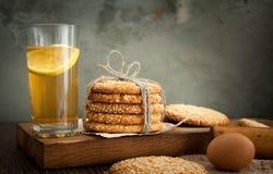 Biscuits et oeuf sur la table image libre de droits