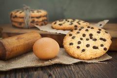 Biscuits et oeuf sur la table photographie stock
