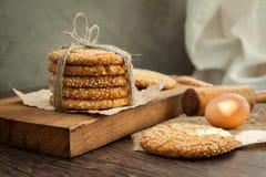 Biscuits et oeuf sur la table photo stock