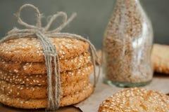 Biscuits et oeuf sur la table photographie stock libre de droits