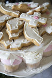 Biscuits et petits gâteaux d'un baptême photographie stock