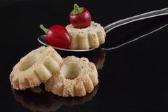 Biscuits et piments sur la cuillère Photographie stock