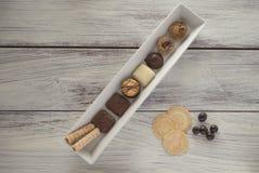 Biscuits et pommes chips organiques belges, frites et sucrerie sur la fin de table  Image libre de droits