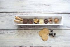Biscuits et pommes chips organiques belges, frites et sucrerie sur la fin de table  Photos stock