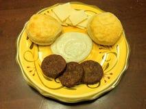 Biscuits et sauce au jus du sud de banc à dossier avec la saucisse de veggie image libre de droits