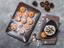 biscuits et tasse de café chaud Photographie stock libre de droits