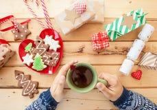 Biscuits et thé de Noël Photographie stock libre de droits