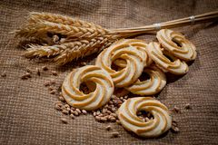 Biscuits et transitoires ronds de pain sur un fond de tissu brut photo libre de droits