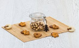 Biscuits et un pot de biscuits sur la table de cuisine photographie stock