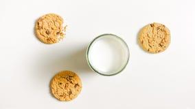 Biscuits et un verre de lait sur une table Images stock