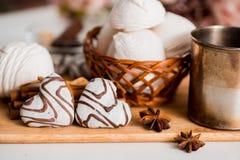 Biscuits faits main de coeur pour le jour de valentines Photographie stock libre de droits