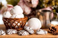 Biscuits faits main de coeur pour le jour de valentines Image libre de droits