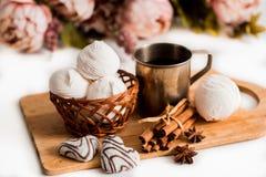 Biscuits faits main de coeur pour le jour de valentines Photographie stock