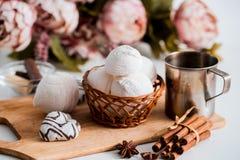 Biscuits faits main de coeur pour le jour de valentines Images stock