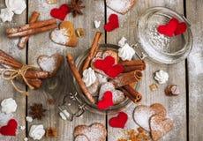 Biscuits faits main de coeur pour le Saint Valentin Image stock