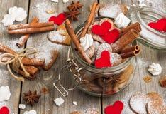 Biscuits faits main de coeur pour le Saint Valentin Image libre de droits