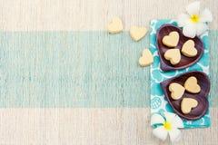 Biscuits faits main de forme de coeur sur la vue supérieure de plat en bois et de fond extérieur bleu de serviette Photographie stock