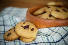 Biscuits faits maison avec des puces de chocolat Photographie stock libre de droits