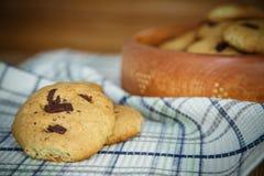 Biscuits faits maison avec des puces de chocolat Images stock