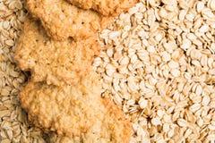 Biscuits faits maison avec l'avoine sur la farine d'avoine sèche photo libre de droits