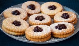 Biscuits faits maison avec la confiture Photo libre de droits