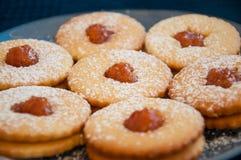 Biscuits faits maison avec la confiture Photos libres de droits
