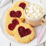Biscuits faits maison avec le centre en forme de coeur et une tasse de Choco chaud Images libres de droits