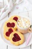 Biscuits faits maison avec le centre en forme de coeur et une tasse de Choco chaud Photographie stock